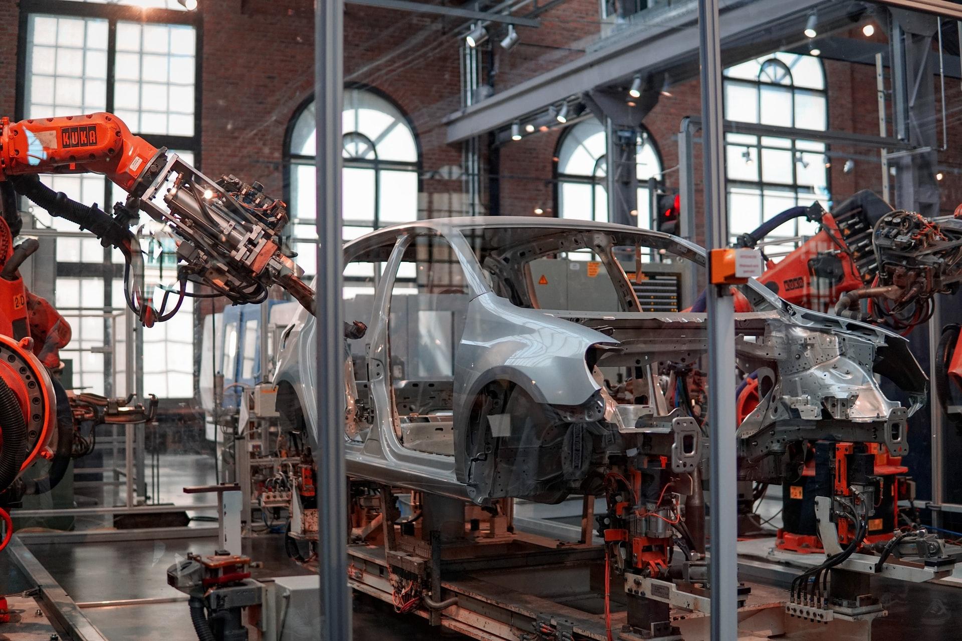 Roboter bearbeiten eine Autokarosserie
