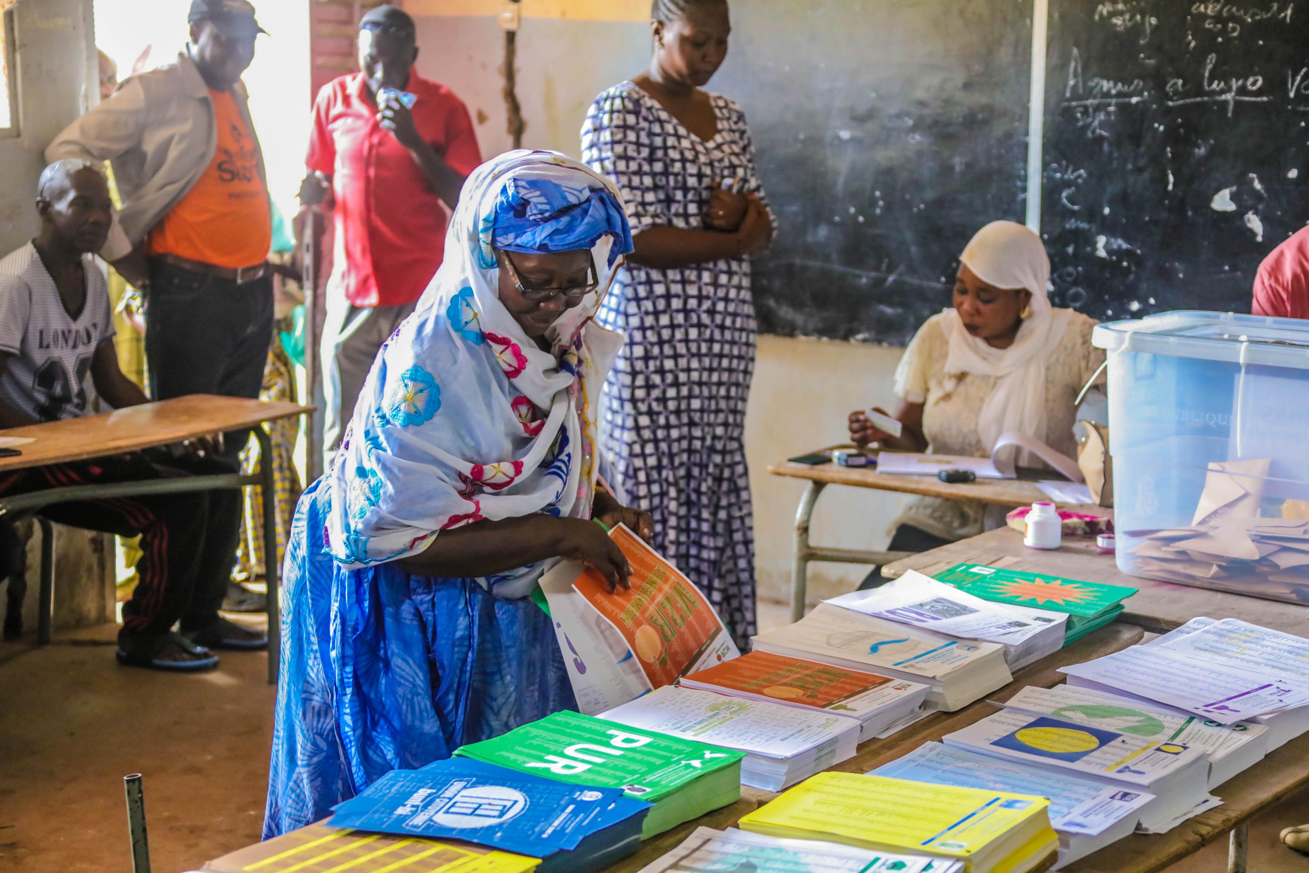 Wählerin bei den Parlamentswahlen im Senegal