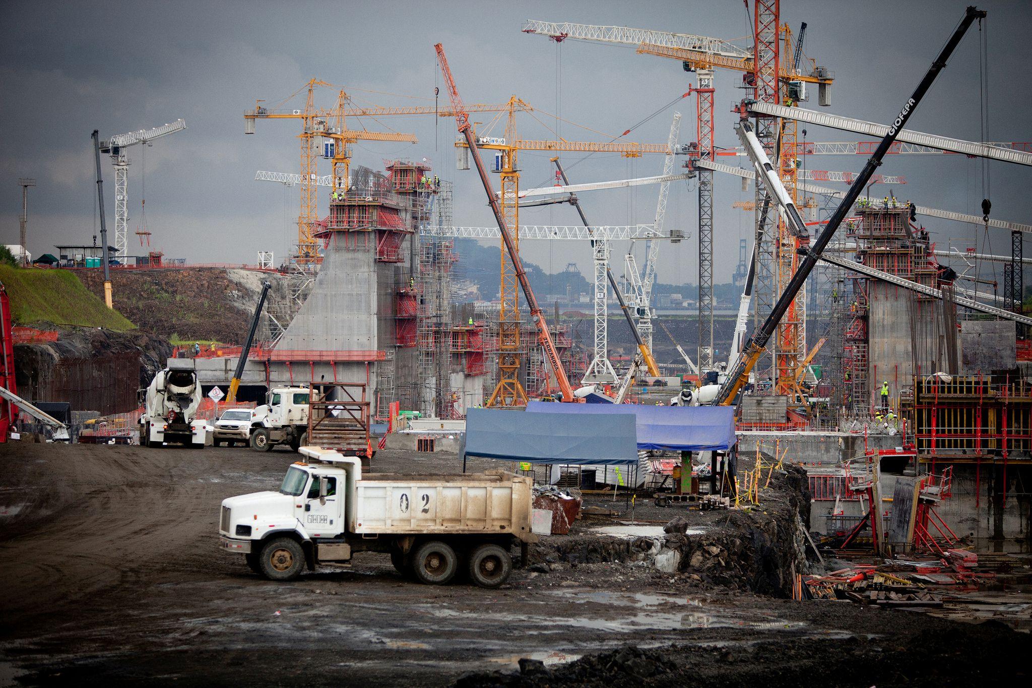 Viele Kräne und Baumaschinen beim Bau der Erweiterung des Panamakanals