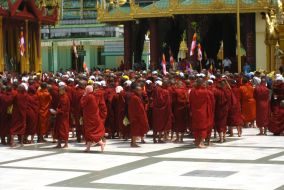 Monks Protesting in Burma. Foto: racoles. Lizenz: Creative Commons Attribution 2.0.