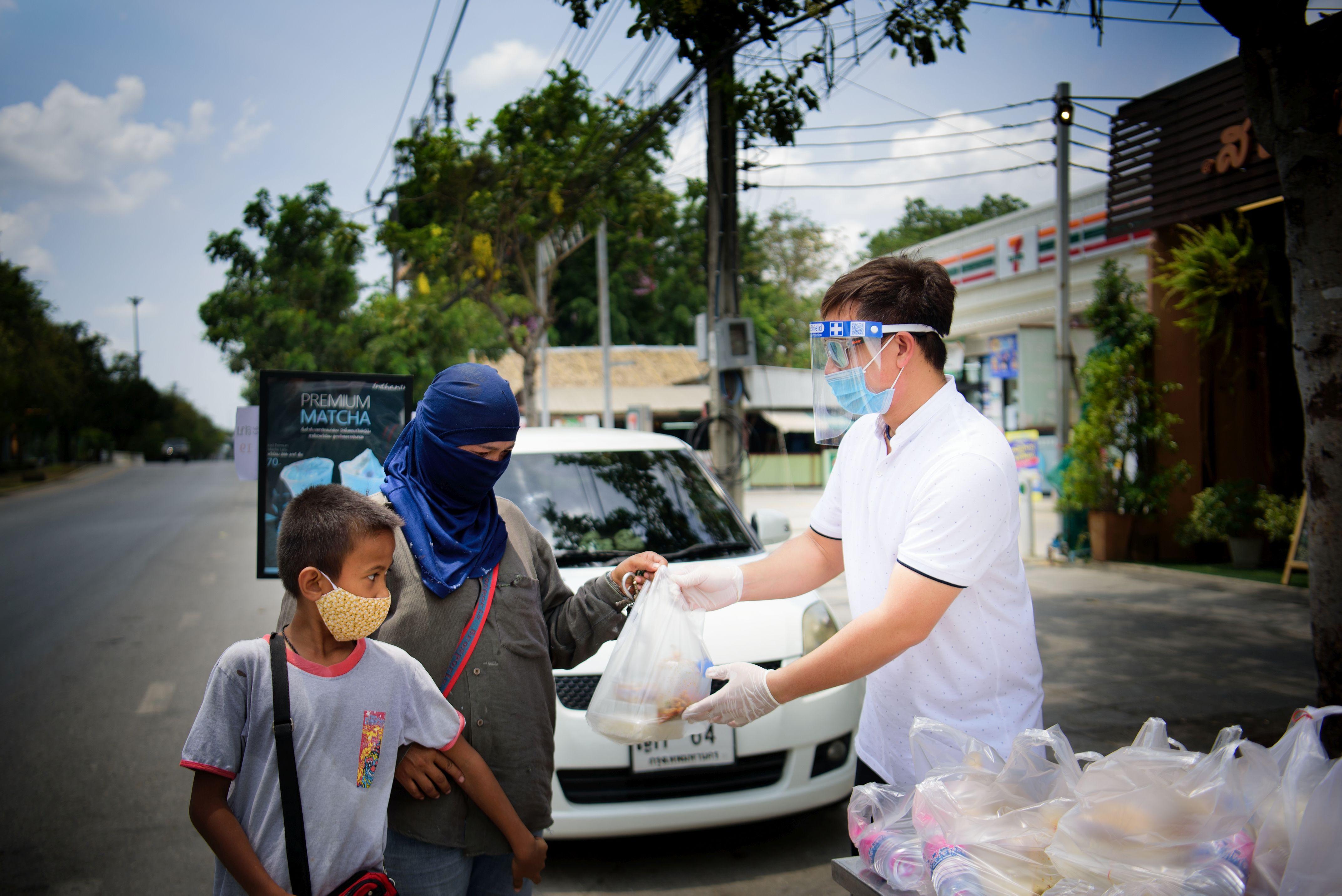 Auf der Straße werden Lebensmittel verteilt