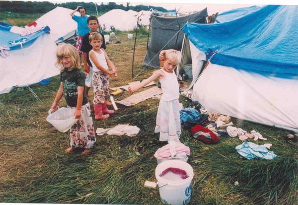 Improvisiertes Lager für Flüchtlinge aus Srebrenica, Flughafen Dubrave in Tuzla, July 1995. (3)