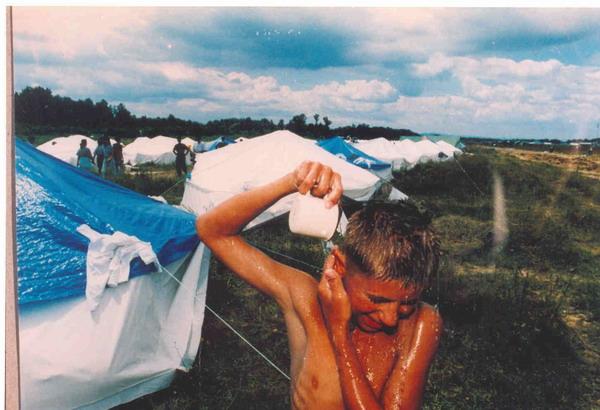 Improvisiertes Lager für Flüchtlinge aus Srebrenica, Flughafen Dubrave in Tuzla, July 1995. (2)