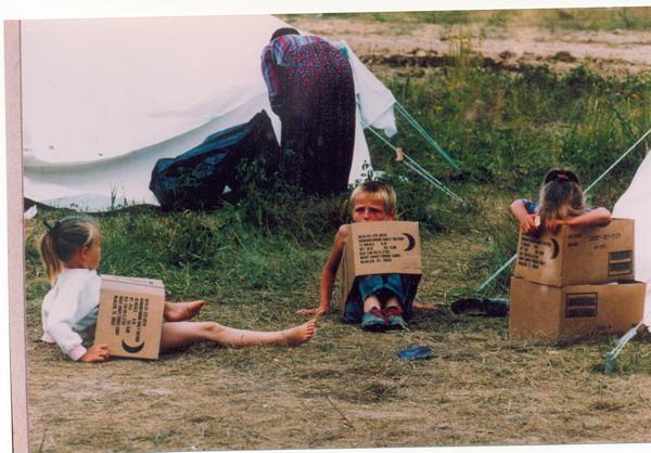 Improvisiertes Lager für Flüchtlinge aus Srebrenica, Flughafen Dubrave in Tuzla, July 1995. (1)