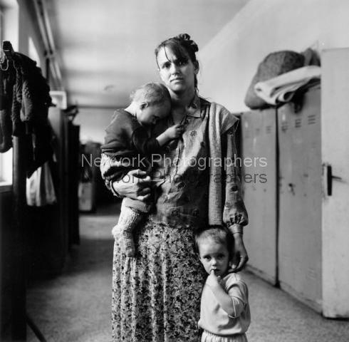 Frau mit zwei Kindern in einem Zentrum für Flüchtlinge aus Srebrenica. Banovici. Juli 1995.