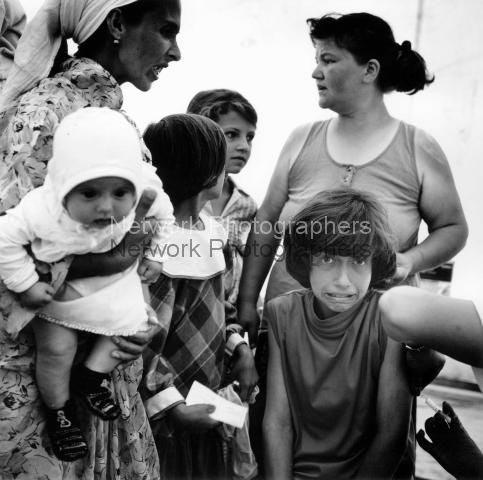 Mädchen wird geimpft. Flughafen Tuzla. Juli 1995.