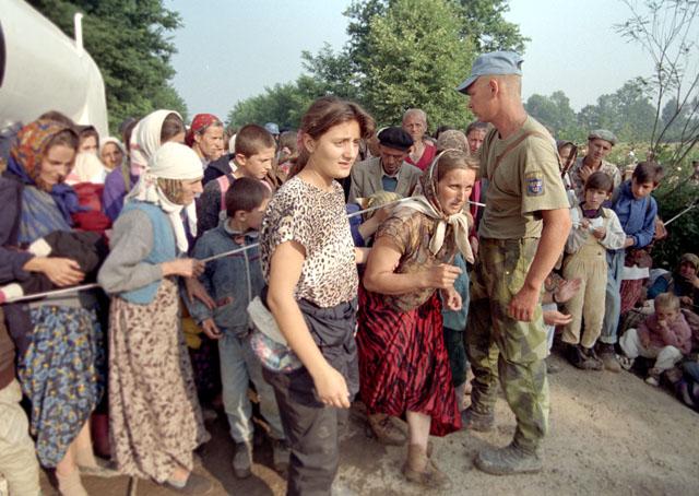 14. Juli 1995, Tuzla, UN-Basis: Schwedischer Soldat erlaubt Flüchtlingen aus Srebrenica den Zutritt zum UN-Flüchtlingslager