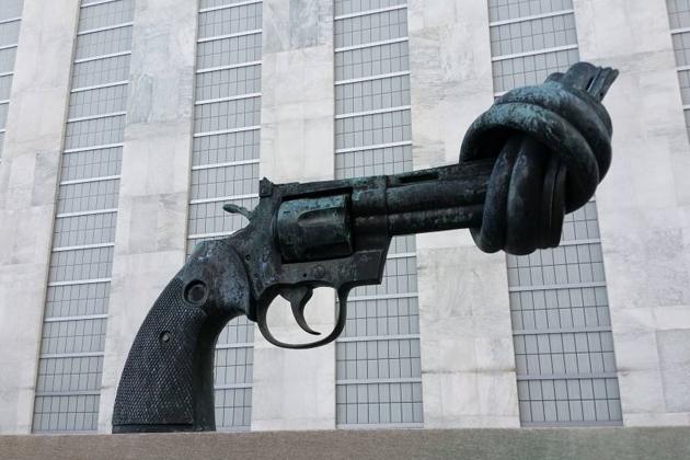 Revolver mit Knoten vor dem UN-Gebäude
