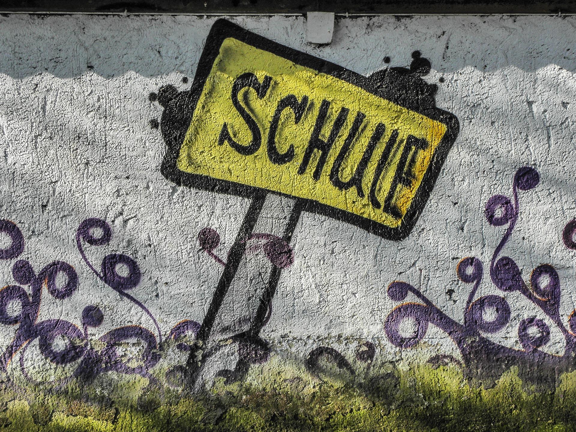 Grafitti-Kunst auf weißer Wand