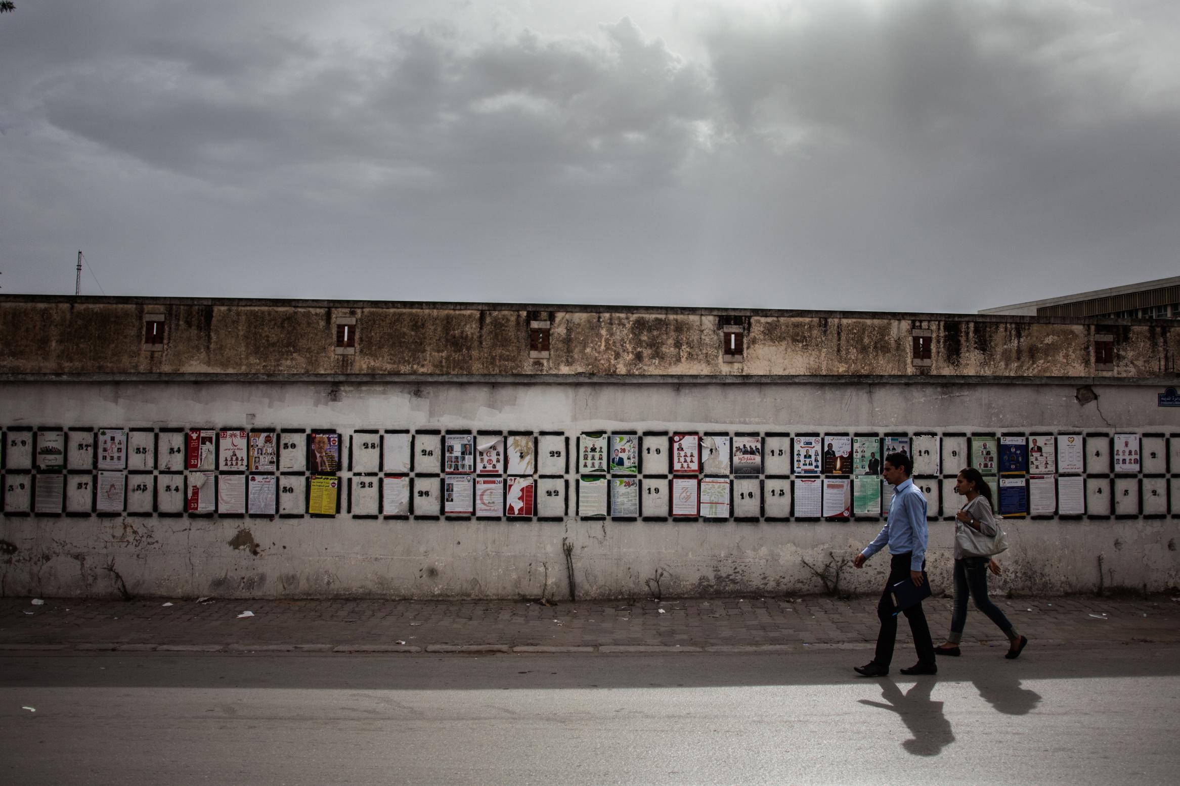 Wahlplakate an der Außenmauer des Institut der Schönen Künste.