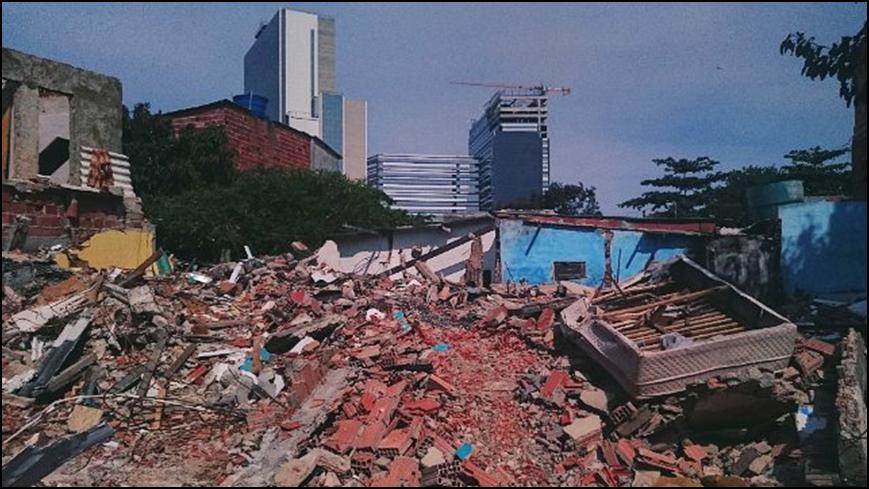 André Mantelli, Abgerissene Häuser in der Vila Autódromo im Januar 2016, CC BY-NC-ND 3.0, https://www.instagram.com/p/BAVxjRKBGLU/