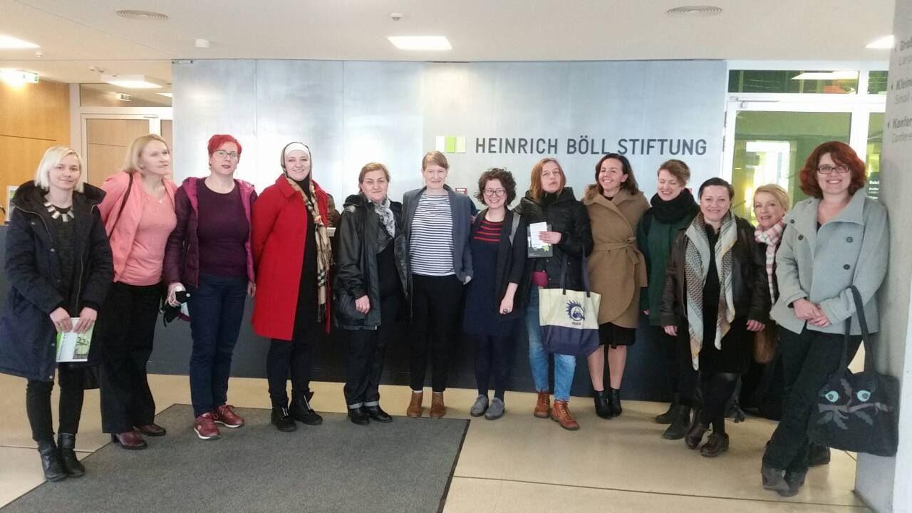 Im Foyer der Heinrich-Böll-Stiftung: Die Teilnehmerinnen gemeinsam mit Stefanie Lohaus vom Missy Magazine.