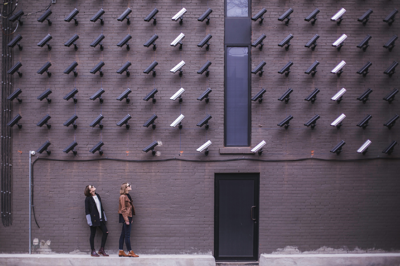 eine huserwand voller berwachungskameras - Burgerrechte Beispiele
